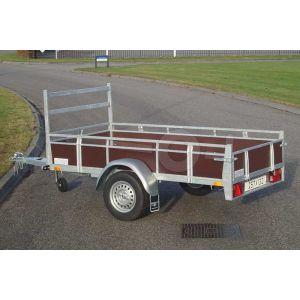 """Aanhangwagen 257x132 (lxb bak), 750kg bruto (562 netto), laadvloerhoogte 54cm, Bruin betonplex borden met vastzetrail, banden 13"""", enkelas"""