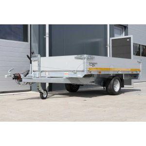 Voorzijde van een Eduard enkelas plateauwagen afmeting 260x150cm met 30cm borden, bruto laadvermogen 1350kg, laadvloerhoogte 56cm