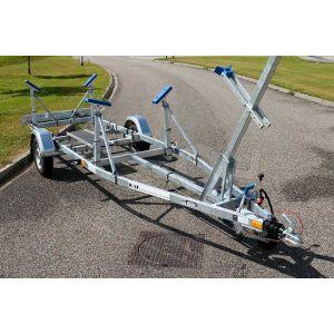 Enkelasser kielboottrailer Kalf Basic 1300-57 afmeting 570x190cm met een bruto laadvermogen van 1300kg (950 netto)