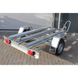 """Motortrailer kantelbaar voor 2 motoren, 211x129 (lxb bak), 750kg bruto (586 netto) laadvloerhoogte 53cm, vlakke vloer met Rijgoten, banden 13"""", enkelas"""