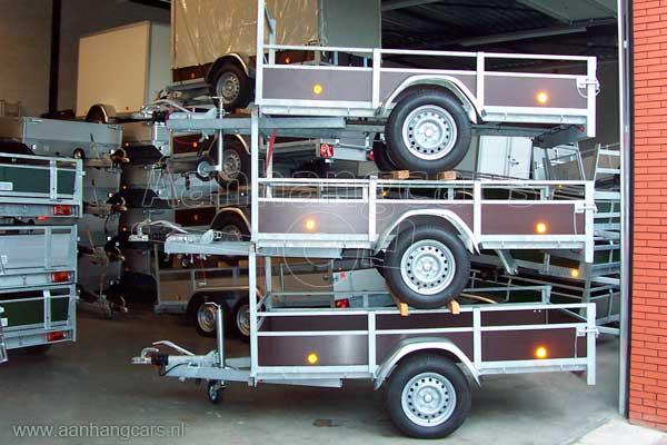 Stapels aanhangwagens in oude magazijn van Aanhangcars