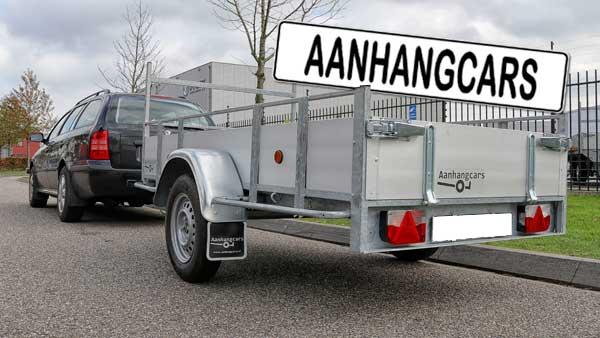 Personenauto met aangekoppelde enkelas ongeremde open aanhangwagen