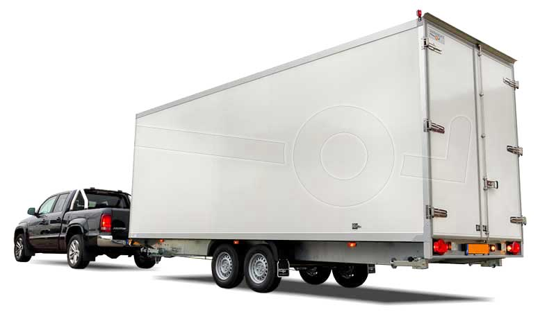 Pickup met grote tandemas gesloten aanhangwagen aangekoppeld