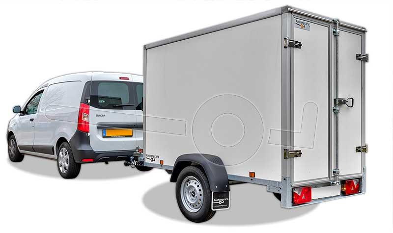 kleine bestelwagen met gesloten aanhangwagen