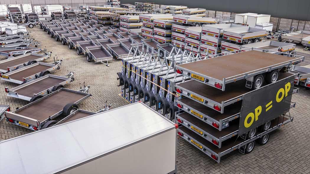 Verkoopterrein met grote voorraad aanhangwagens