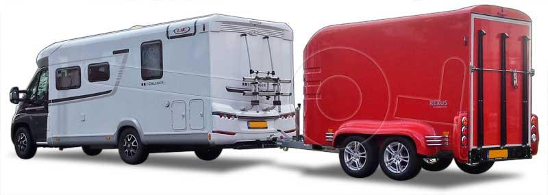 Witte camper met een Humbaur Rexus gesloten motortrailer er achter