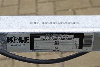 Voorbeeld typeplaatje en chassisnummer op een Kalf boottrailer