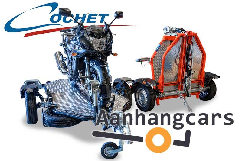twee Cochet Uno verlaagbare motortrailer waarvan één met motor en één opgevouwen