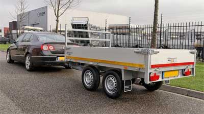 Auto met geremde tandemas aanhangwagen voor rijbewijs B