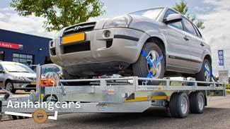Eduard autotransporter met een groot formaat auto op de laadvloer