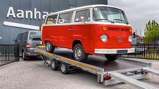 Eduard kantelbare autotransporter met een klassieke VW T2 bus op de laadvloer