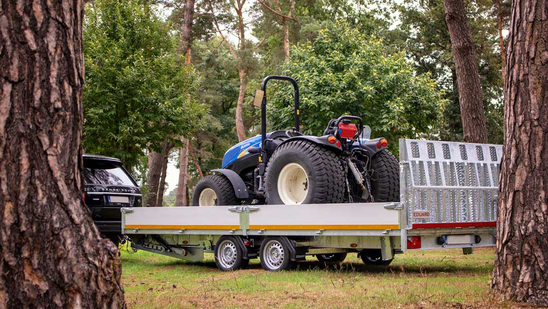 Concept Eduard kantelbare machine transporter met een zware trekker op de laadbak