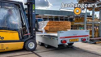 Eduard plateauwagen die met hout wordt beladen door een vorkheftruck