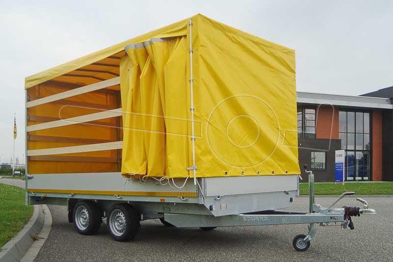Gele huif op een aanhangwagen