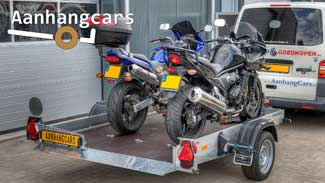 Humbaur HKT zakbare motoraanhanger met twee motorfietsen op de laadvloer