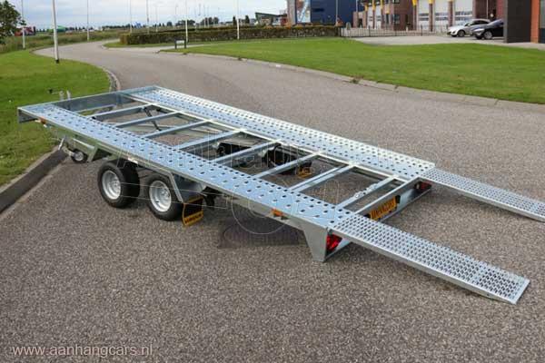 Kantelbare Humbaur autotransporter met oprijplaten