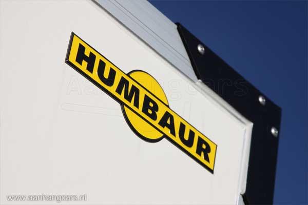 Humbaur logo op voorzijde gesloten aanhangwagen