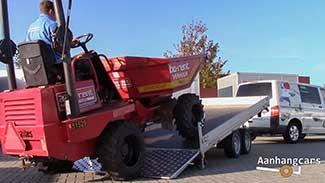 Rode dumper wordt de laadvloer van een kantelbare Humbaur MTKA opgereden