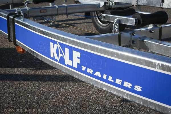 Logo van Kalf Trailers op chassis van boottrailer