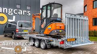 Drieasser Martz machinetransporter met grote oprijklep en een kleine oranje graafmachine in de laadbak