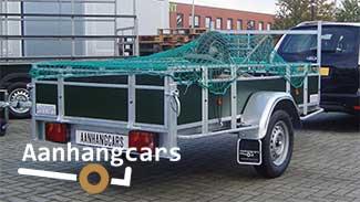 Power Trailer aanhangwagen met een kruiwagen in de laadbak waar een aanhangernet overheen is gespannen