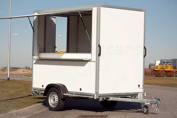Powertrailer enkelas verkoopwagen met geopende verkoopklep en achterdeur