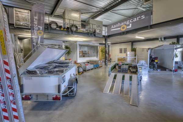 Showroom Aanhangcars met aanhangwagen, bagagewagen, verkoopwagen en accessoires
