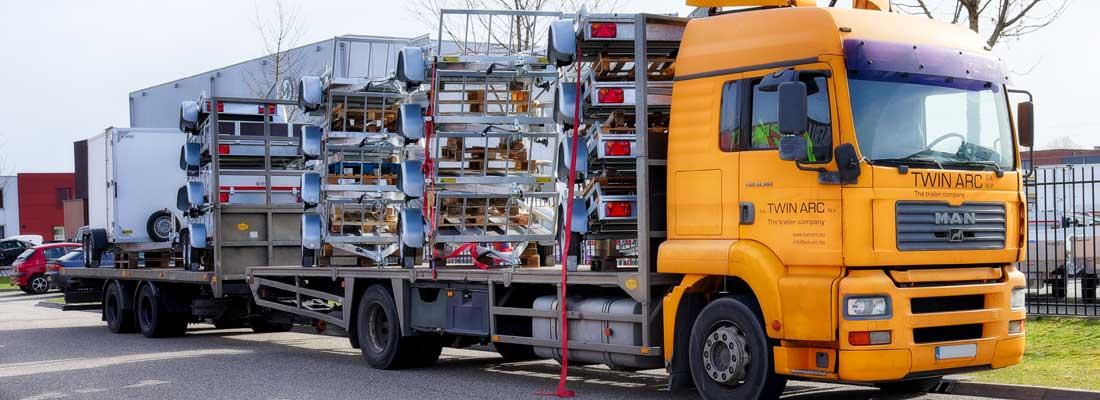 Vrachtwagen met lading Twins Trailers aanhangwagens