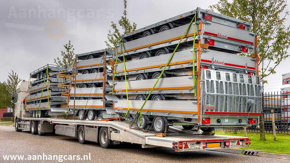 Vrachtwagen met een lading aanhangwagens van  Eduard Trailers Factory